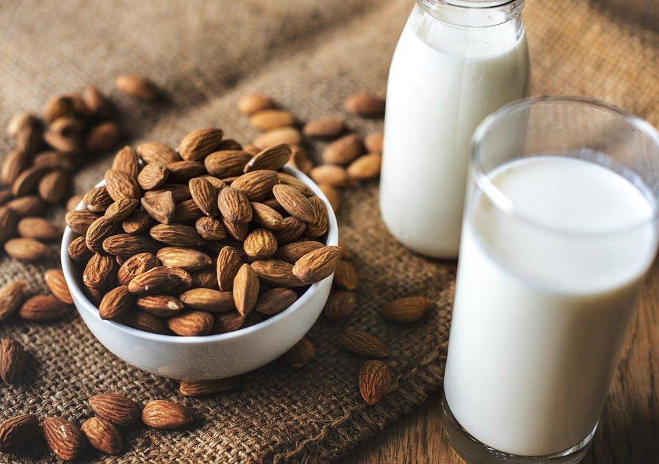 latte di mandorla preparazione vegana
